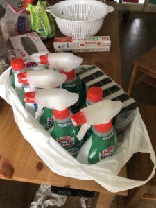 キッチン周辺の油掃除洗剤-道具を当てて、掃除指導